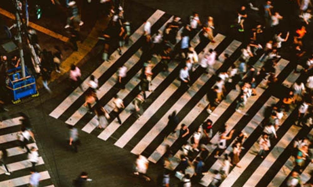 Paso de cebra con personas cruzando